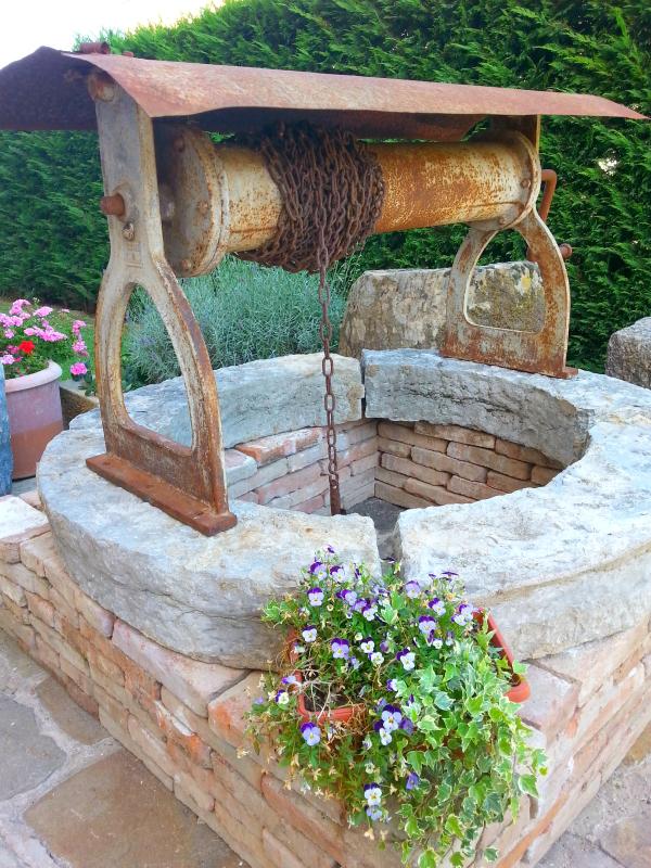 Outdoor d estate i nostri consigli per arredare il tuo for Pozzi finti per giardino