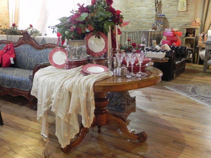 Antichi tavoli rotondi di varie epoche e stili